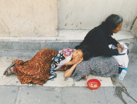 Begging_mother_and_daughter