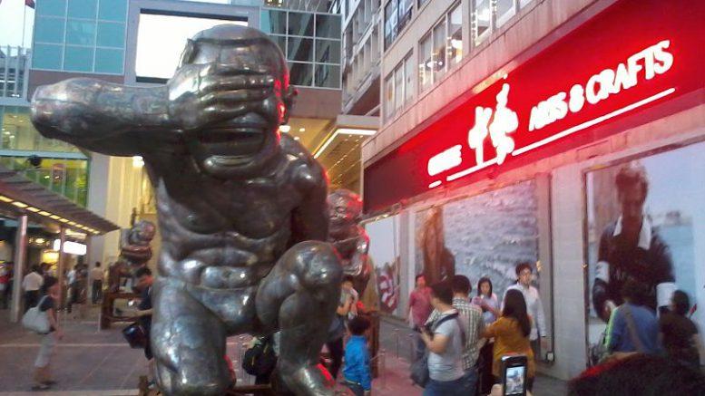HK_TST_Harbour_City_海港城_evening_岳敏君_當代藝術_展覽_Yue_Min_Jun_Exhibition_Oct-2012_Arts_&_Crafts_E66