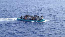 Arrivo_di_migranti_nel_mare_di_Lampedusa_-_Arrival_of_immigrants_in_the_sea_of_Lampedusa,_Italy