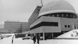 ADN-ZB Kasper 19.1.1987 Bez. Gera: Ein Lasershowgerät für das Berliner Planetarium ist jetzt in der neuen Astrojustierkuppel (Foto) des Kombinates VEB Carl Zeiss Jena getestet worden. Planmäßig gehen die Arbeiten für das in der DDR-Hauptstadt entstehende moderne Sternentheater voran.